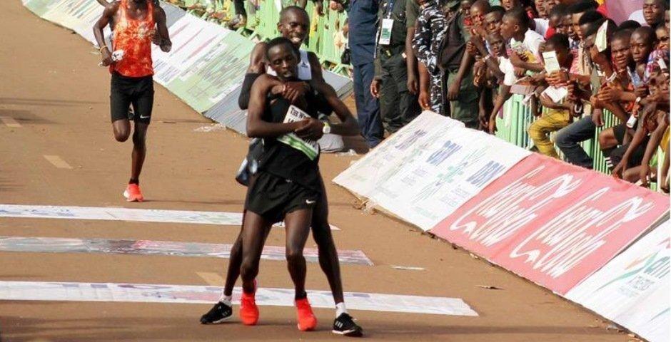 El corredor Simon Cheprot, de la victoria al heroismo