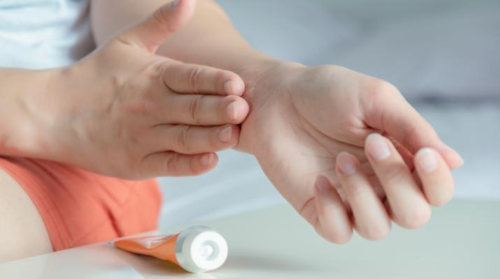 Voltaren es una marca del medicamento diclofenac. Este medicamento es un fármaco antiinflamatorio no esteroideo (AINE), como la aspirina o el ibuprofeno. El diclofenaco se usa principalmente para tratar el dolor de artritis en las articulaciones. Por lo general, es seguro usar el gel Voltaren tópico, pero hay advertencias en el paquete para los grupos que deben evitar el uso de este producto.