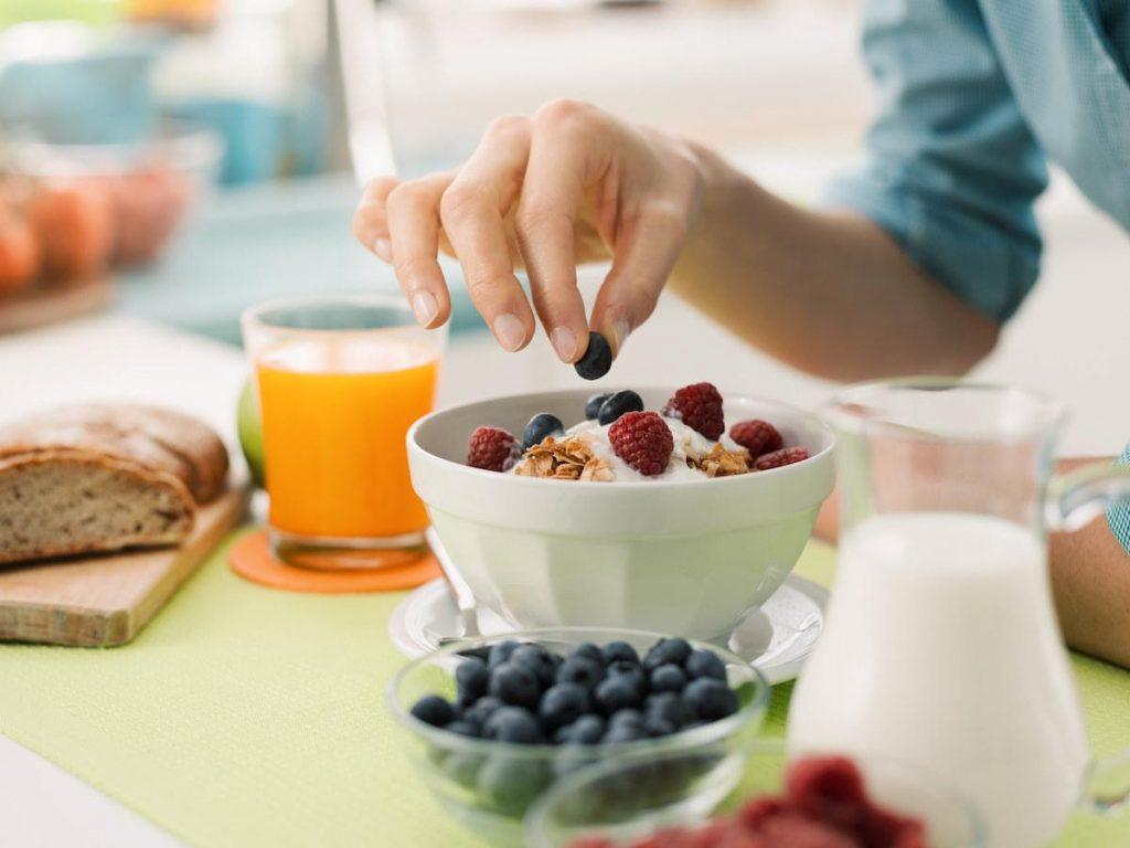 """Desayunar o no antes de hacer ejercicio, es una duda que se le presenta a muchas personas y la respuesta es """"depende"""". Algunas personas pueden encontrar que les funciona bien, mientras que otras se sienten lentas y aturdidas, lo que disminuye su rendimiento durante el entrenamiento."""