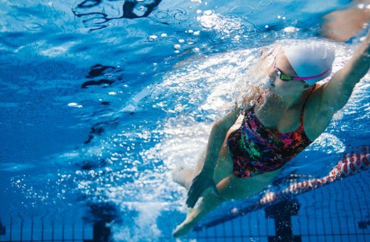 Cómo se debe nadar, con la cabeza al frente o hacia abajo