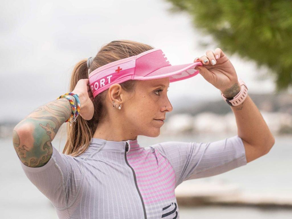 Existen opiniones diversas entre los corredores, sin embargo, muchos expertos colocan un paso adelante a las viseras para correr.