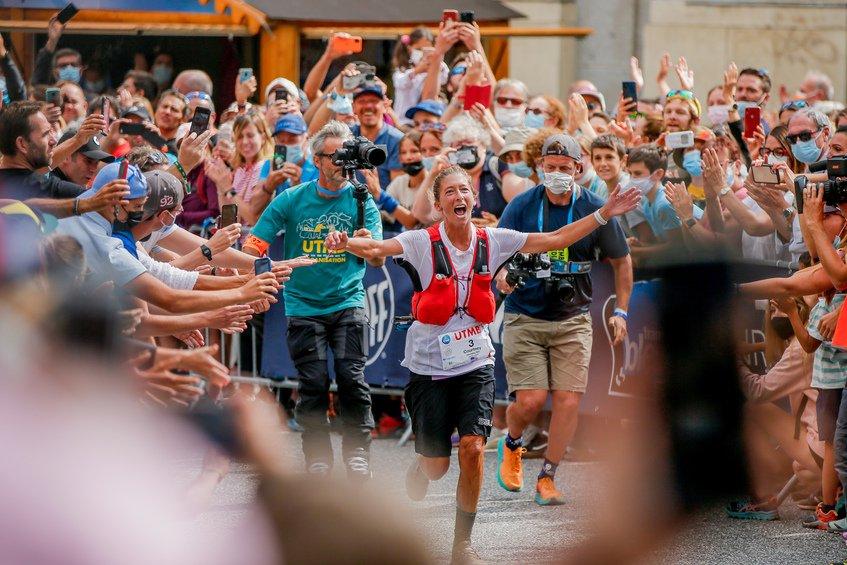 la estadounidense Courtney Dauwalter  y ganó, con autoridad UTMB 2021 su segunda participación después de 2019, en 22:30.